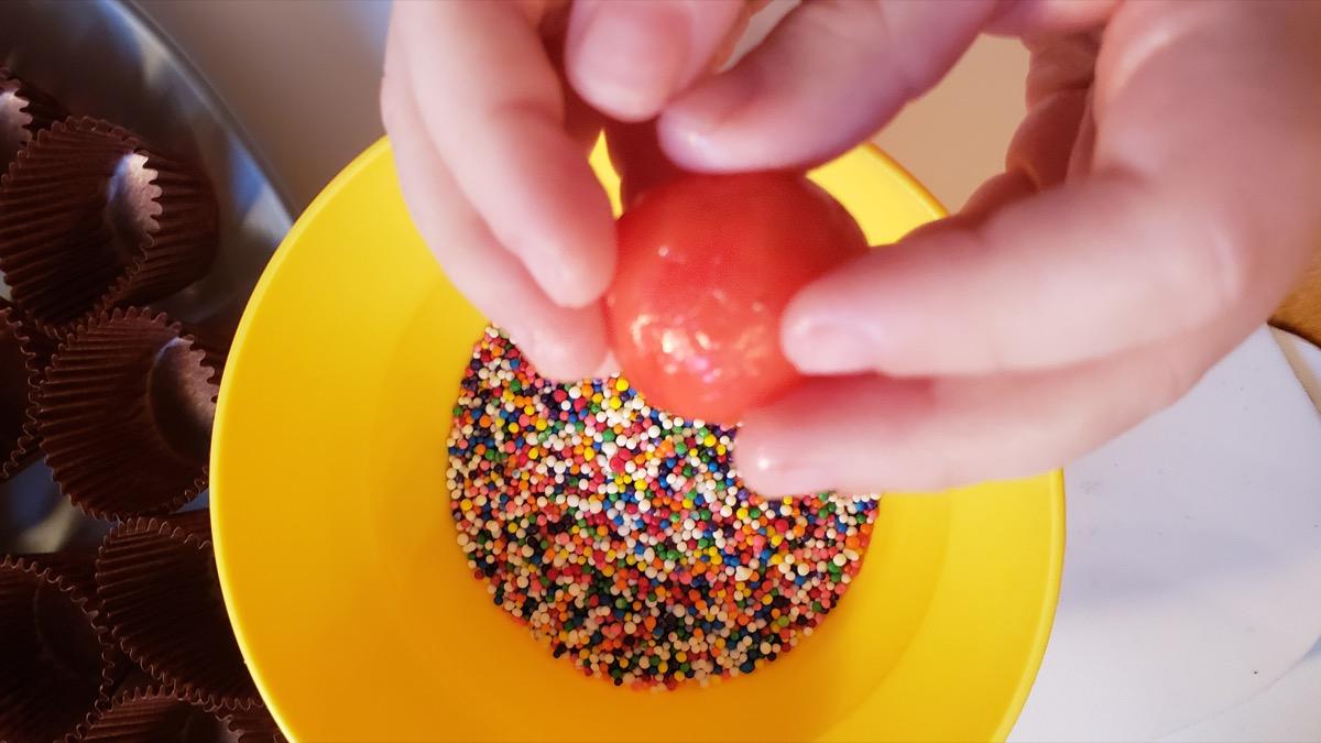 Docinhos rolling in sprinkles